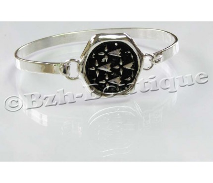 Ermine seal clasp bangle