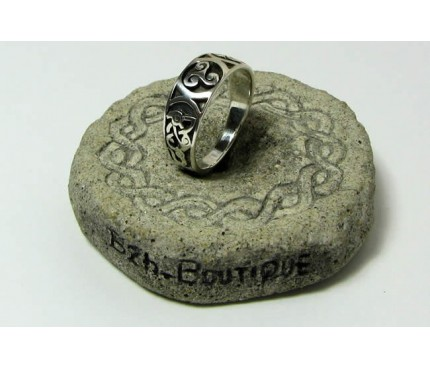 Triskel ring with knotwork
